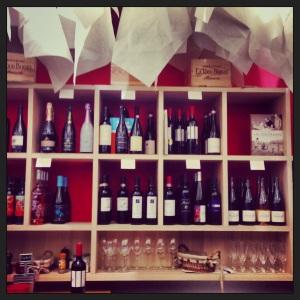 Sélection de vin sous nuage de papier au Médi-terra-nea