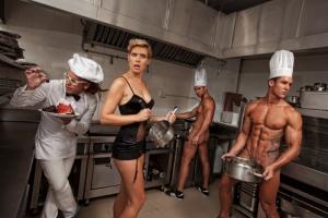 hommes dans la cuisine